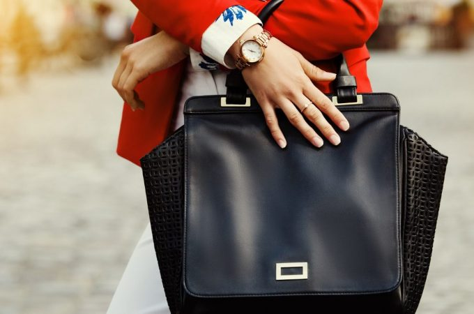 Must-have 5 things to keep in your handbag this Monsoon!